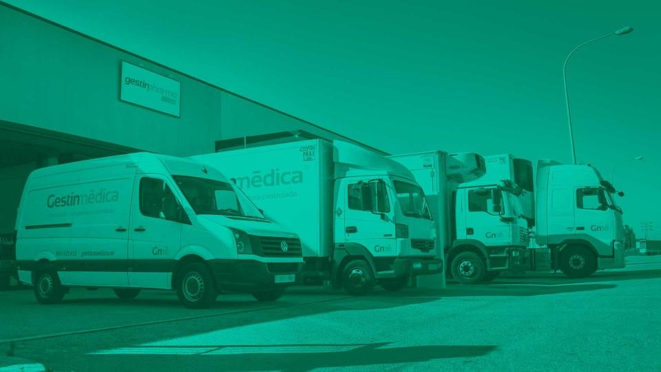 Camiones refrigerados en el muelle de carga Gestinmédica