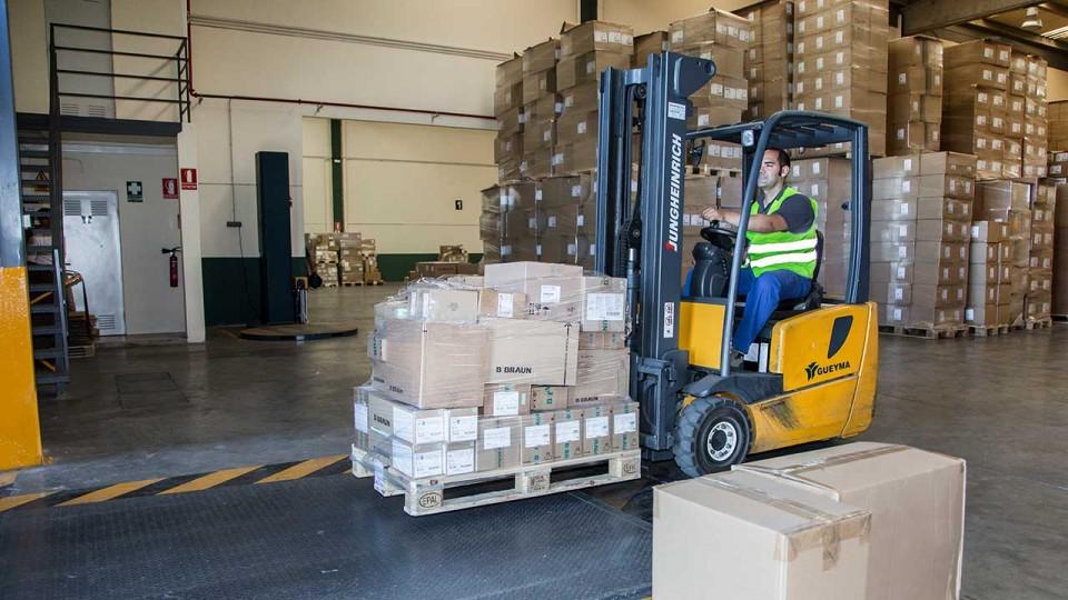 Carretilla en muelle de carga y transporte de medicamentos