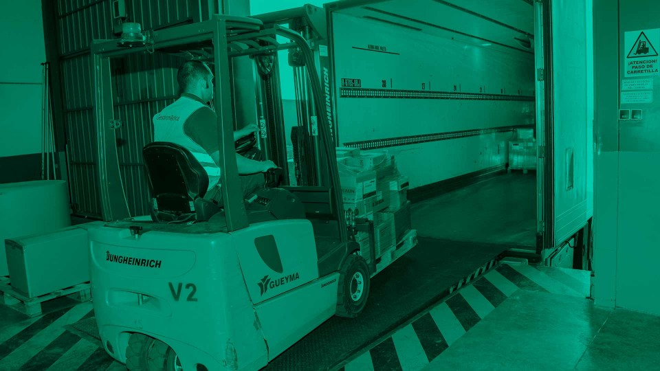 Carga en camión trailer para transporte de medicamentos