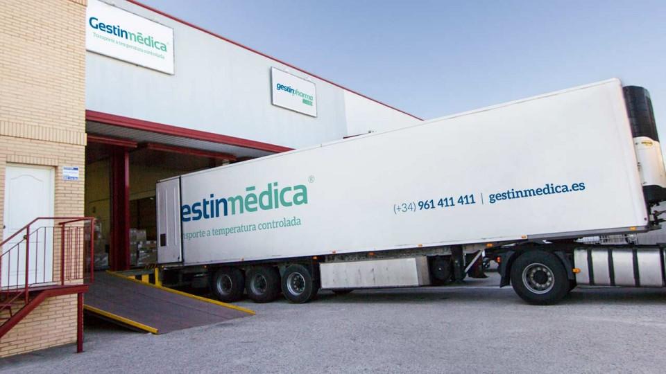 Camión trailer refrigerado cargando en Gestinmédica