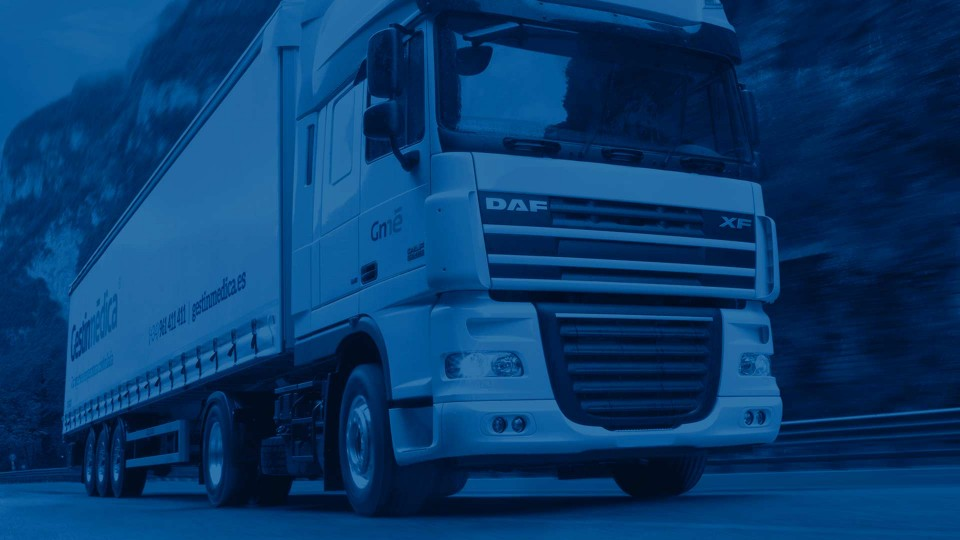 Camión trailer transportando medicamentos