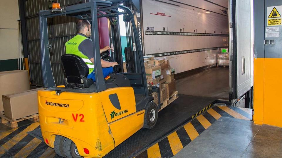 Muelle de carga en camión trailer mediante carretilla