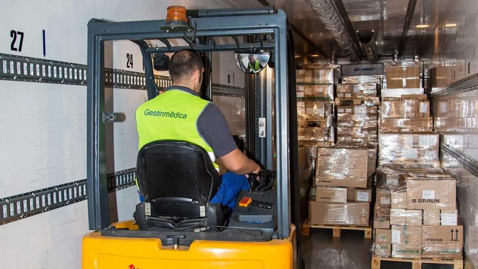 Carga en el interior del trailer para transporte de medicamentos